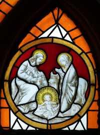 Gebrandschilderd raam met voiorstelling van de Heilige Familie