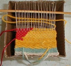 Foto weefgetouw met kleurrijke draden