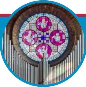 Detail van dfoto roosvenster en orgelpijpen in Dominicuskerk