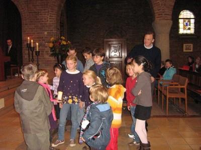 Kinderen gaan naar de kinderwoorddienst