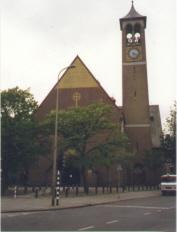 Antoniuskerk met plein, foto mei 2014