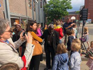 Foto bisschop Taban op het schoolplein bij de Dominicusschool, 22 mei 2018
