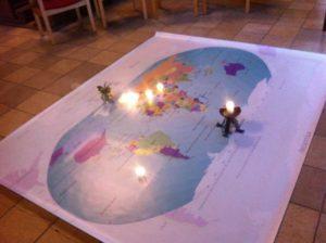 Foto wereldkaartm met kaarsjes