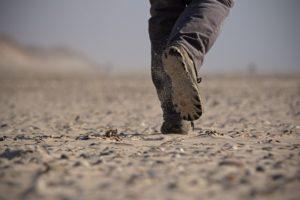 Foto hollende voeten op zandvlakte