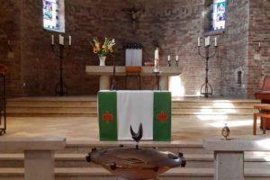 Zicht op het priesterkoor van de Dominicuskerk, met vooraan de doopvont voor een viering van woord gebed en zang