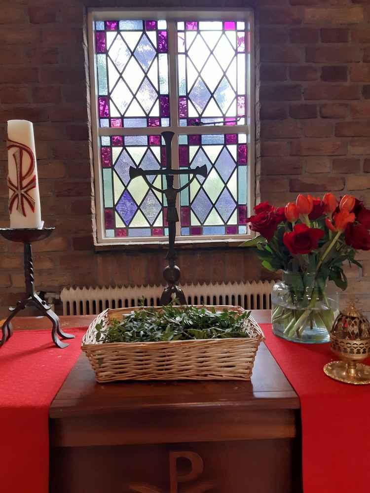 Foto palmtakjes in mandje, met kruisbeeld boeket rozen