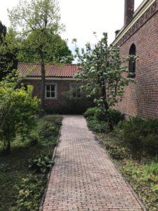 De binnentuin van de Dominicuskerk, april 2020